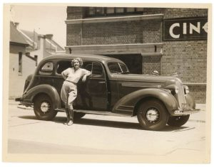 Кинозвезда Хелен Твелветрис со своим Понтиаком, той же моделью, которой управляли дистанционно во время демонстраций «фантомных автомобилей»